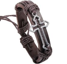 Läderarmband med ett kors i borstad metall