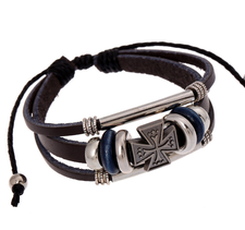 Läderarmband med detaljer i trä och rostfritt stål