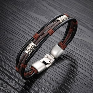 Läderarmband med bl.a repdetaljer i brunt
