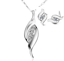 Smyckeset med Austrian Crystals samt i 925 Sterling Silver med Platinumplätering
