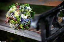 Blommor på bänk