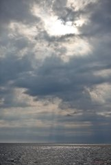 Solstrålar genom moln