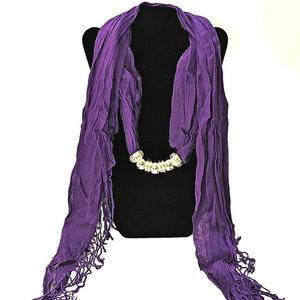 """Bomullsscarf i moderiktig modell med """"hänge"""" -Lila"""