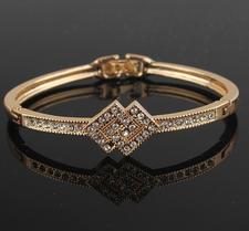 Armband med Austrian Crystals och i 18 K Guldplätering
