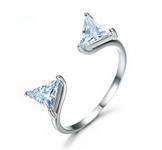 """Ring """"Double Triangle"""" med stenar i Cubic Zirconia samt i 18K Vit Guldplätering"""