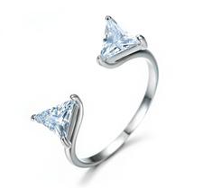 """Ring """"Double Triangle"""" med stenar i Cubic Zirconia samt i 18 K Vit Guldplätering"""