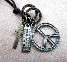 "Halsband ""Peace & Cross"" med läderrem"
