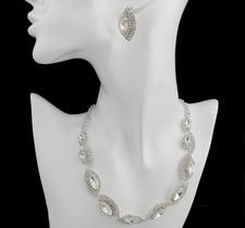 Smyckeset med Austrian Crystals och i 925 Sterling Silverplätering