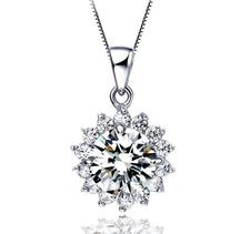 """Halsband """"Flower"""" med en stor och många små stenar i Cubic Zirconia och i Platinumplätering"""