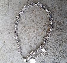 Crazy Dee - Ankelkedja med metallmellandelar i form av blommor och slipat glas i silverfärg