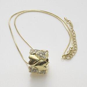 Halsband med hjärtan runt om i helgjutet pläterat guld och med skinande stenar