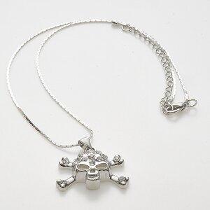 Halsband med dödskalle och gnistrande stenar