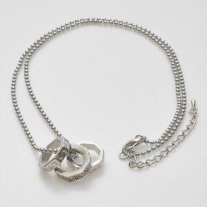 Halsband med tre stycken åttakantiga smycken och med snygga stenar.
