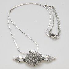 Halsband i hjärta med vingar och med fantastiska stenar.