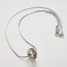 Enkelt men ändå elegant och stilrent halsband med stenar i olika färger