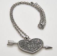 Halsband med skinande stenar och i pläterat svart