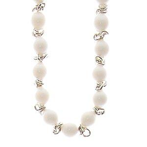Halsband med vita pärlor och med detaljer mellan varje pärla