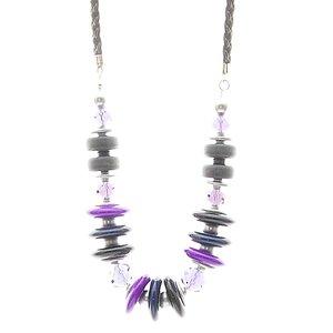 Halsband med massor av trä, plast och pläterade ringar i svart och lila