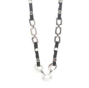 Halsband med svart rem som är fastnitade i massor av rektangulära och ovala stålsmycken