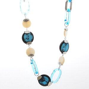 Halsbandet som består av en kedja med mängder av stora turkosa plastkedjade ovaler och stålkedjor som är länkade med vita och turkosa glasplattor