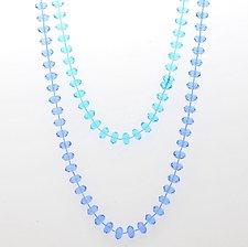 Halsband med klara och genomskinliga ljusblå och turkosa pärlor