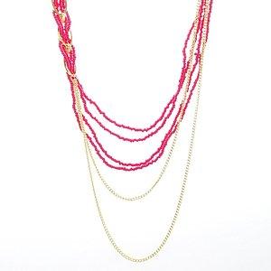Flerradigt rosa halsband med mindre guldpläterade kedjor och stora silverpläterade öglor