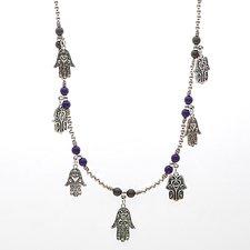 Kulhalsband med massor av lila och grå pärlor och berlocker i antikt silver