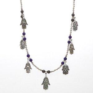 Kulhalsband med massor av lila och grå pärlor och berlocker i antikt silverplätering
