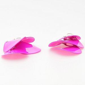 Rosa örhängen i järn och plast