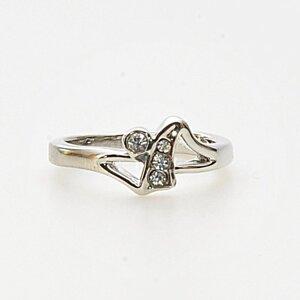 Vacker ring med skinande stenar