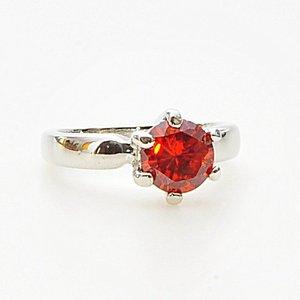 Elegant ring med en stor röd zircon