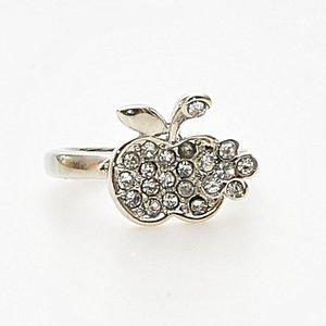 Enkel ring i form av ett äpple fullt med ljusa skinande stenar