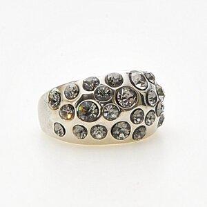Stor ring i antikt silver som är full med stenar i olika storlekar