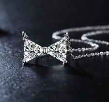 """Halsband """"Triangle"""" med Cubic Zircona och i 18 K vit guldplätering"""