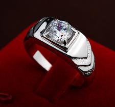 Stilren ring i herrmodell med en Cubic Zirconia och i platinumplätering