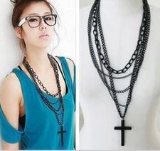 """Halsband """"Cross"""" i  med svarta metallkedjor i olika längder och bredder"""