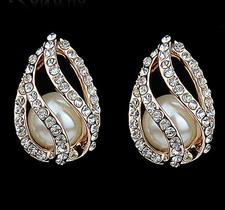 """Örhängen """"Crystal Pearls"""" med en Pärla och många små Austrian Crystals samt i 18 K Guldplätering"""