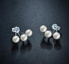 """Örhängen """"Three Pearls"""" med Cubic Zirconia och tre vita pärlor i 18 K Vit Guldplätering"""