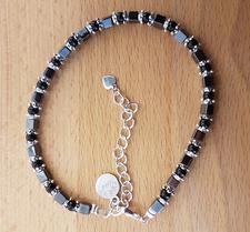 Craze Dee - Ankelkedja med fyrkantiga hematit pärlor och svarta glaskulor